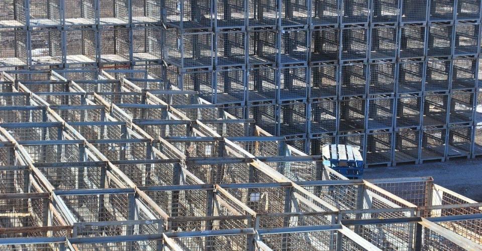 viele gestapelte EUR-Gitterboxen